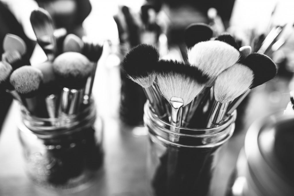 Las brochas y los pinceles deben ser de buena calidad para evitar que suelten pelos que puedan dañar los ojos.