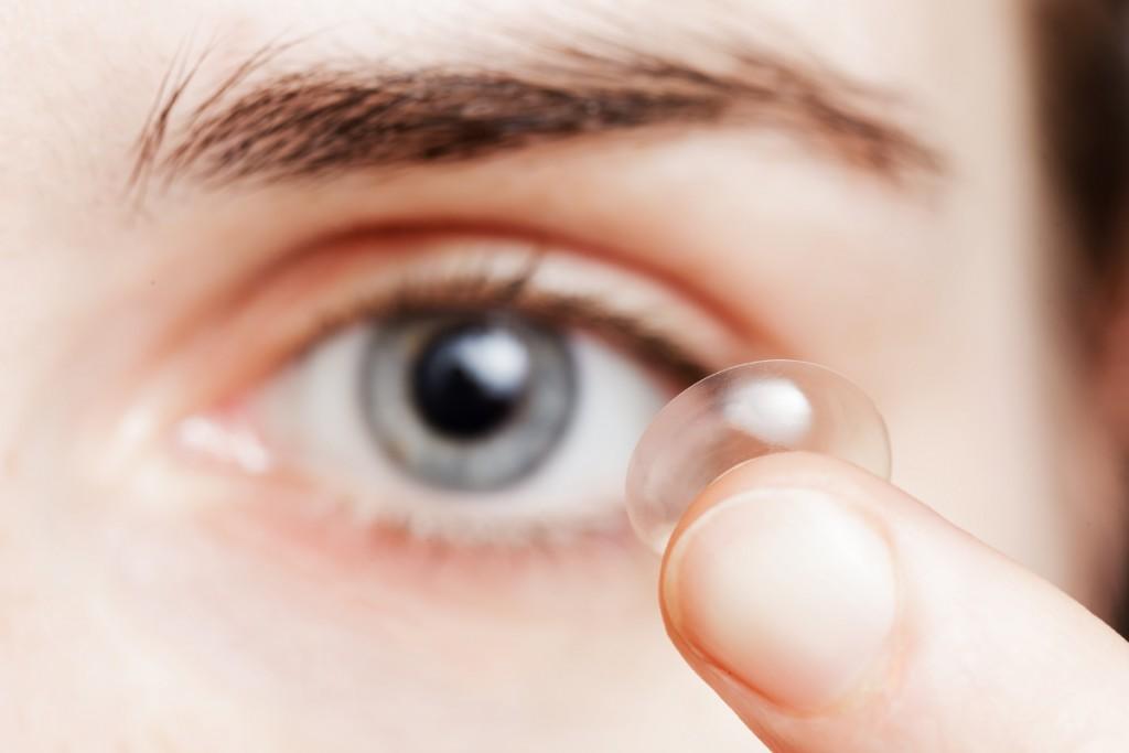 Practicar buceo, o simplemente natación, y usar lentillas, puede poner en riesgo nuestra salud visual.