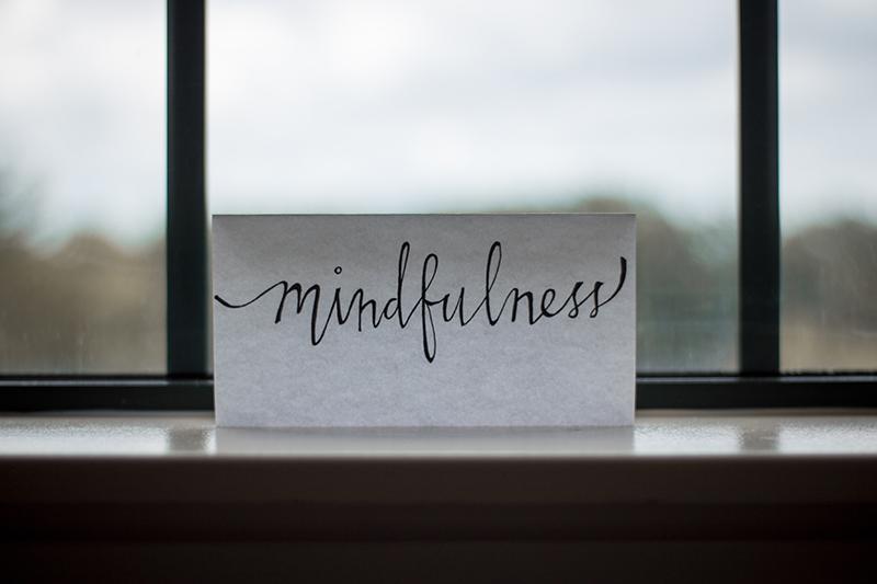 Un minuto de atención plena puede tomarse como un ejercicio de meditación para principiantes.