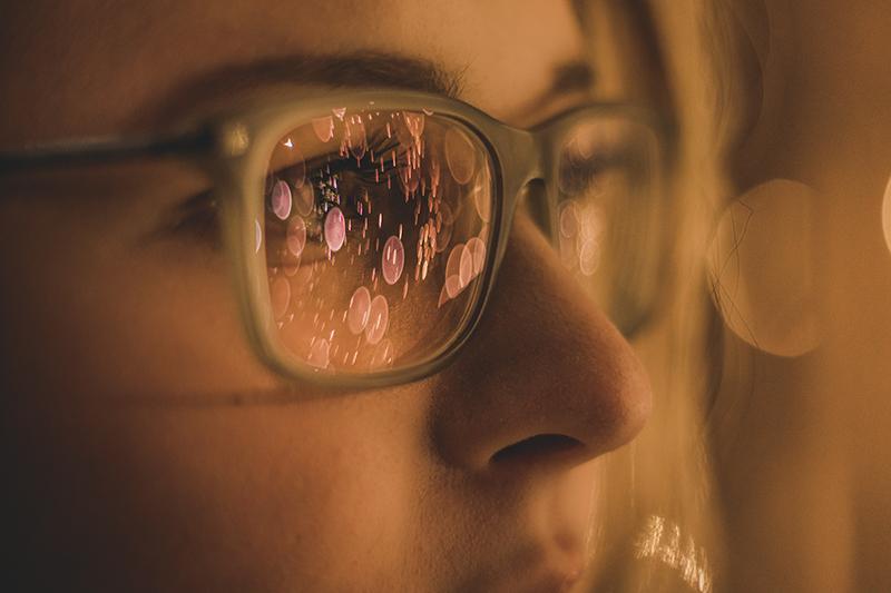 A las personas con la cara redondeada les quedan perfectas las gafas rectangulares al producir un contraste de formas y conseguir suavizar losrasgos redondos.